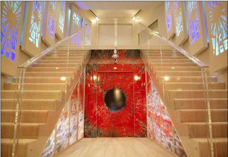 Merdivenler ve duvarlarda şık ışık oyunları var.